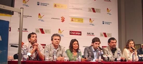 Alejandro Marzoa, director de 'Somos gente honrada', rodeados por sus actores @Alejandro Contreras