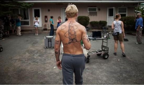 Ryan Gosling tatuado hasta las cejas en Cruce de caminos