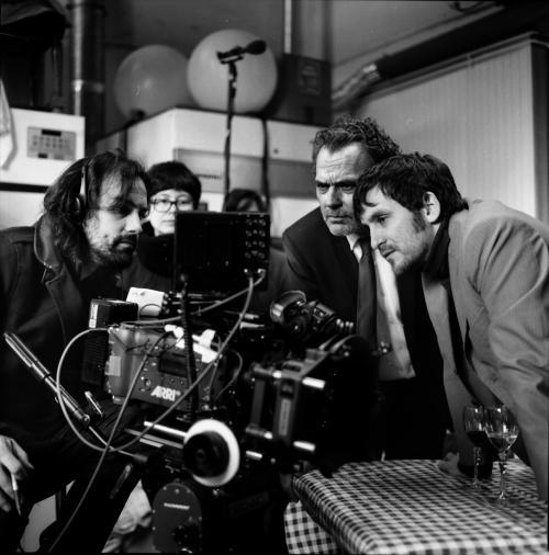 Isaki Lacuesta en el rodaje de Murieron por encima de sus posibilidades junto a José Coronado y Raúl Arévalo FOTO Óscar Fernández Orengo