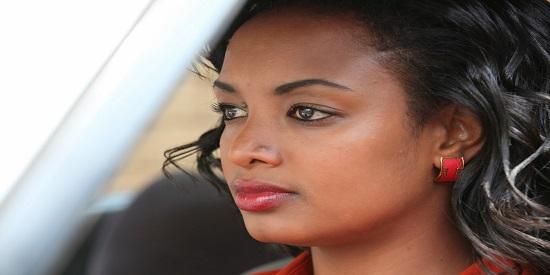 Meron Getnet interpreta a una bragada luchadora en pro de los derechos de la mujer que toma entre manos el caso de la joven Hirut