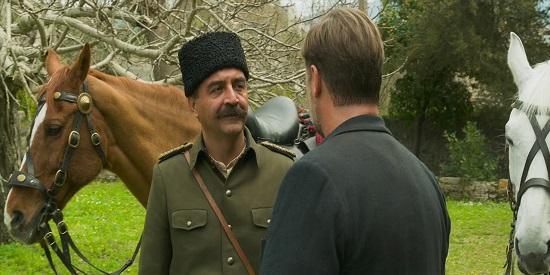 El actor turco Yilmaz Erdogan da una buena réplica a Russell Crowe