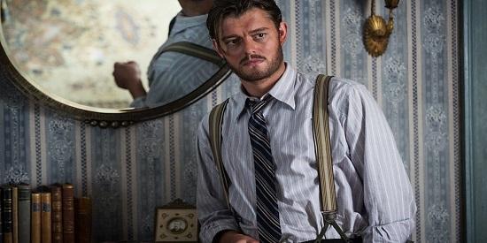 El actor Sam Riley es Benoit Labarie, un campesino cojo que se apunta a la resistencia.