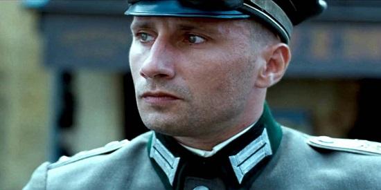 El actor belga Matthias Schoenaerts metido en su papel de oficial alemán.