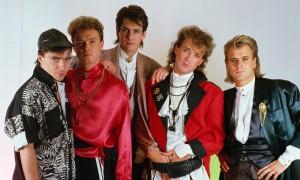 En 1985 de izquierda a derecha: John Keeble, Gary Kemp, Tony Hadley, Martin Kemp, y Steve Norman.
