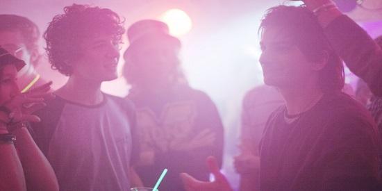 La película de Mian Hanson-Love transcurre en los ambientes musicales. Una película oscura de luminosidad sólo  aparente.