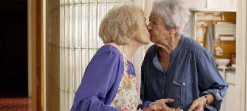 Montserrat Carulla y Asunción Balaguer dan vida a una pareja de ancianas que deciden salir del armario en Barcelona, noche de invierno