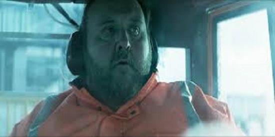 Gunnar Jónsson es Fusi, un cuarentón obeso mórbido que vive con su madre y trabaja descargando maletas en el aeropuerto de Reyjavik.