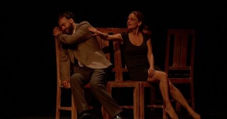 """En la imagen los actores Adriana Davidova y Liberto Rabal, en un momento de """"Hacia el amor"""" un texto de Ingmar Bergman, adaptado por Adriana Davidova."""