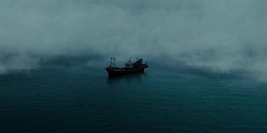 Un barco de pesca y la niebla envolviéndolo, el escenario de este convulso drama coreano.
