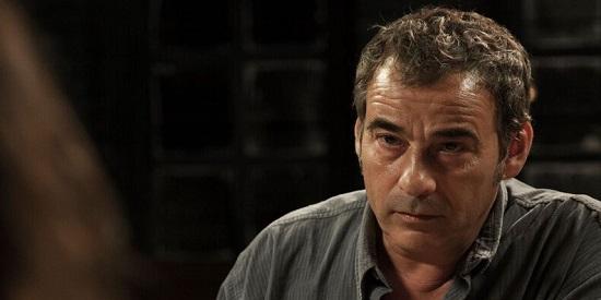 No es, ni de lejos, una buena interpretación de Eduard Fernández, incapaz de hacer creíble su personaje.