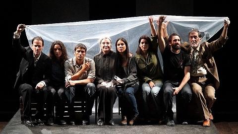 En la imagen el reparto al completo de Incendios, de Wajdi Mouawad, dirigida por Mario Gas