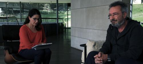 La asistente personal de un famoso escritor (Nora Navas) intenta organizar la agenda de su jefe, un novelista ganador del Nobel (Óscar Martínez)