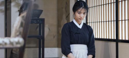 Kim Tae-ri es la joven sirviente que se enamora de su jefa en La doncella