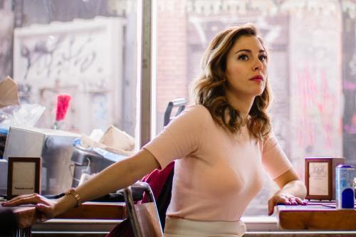 Blanca Suárez encarna a un pija que entra casi por casualidad en un mugriento establecimiento en El bar