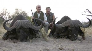 juan-carlos-junto-jeff-propietario-rann-safaris-junto-dos-bufalos-muertos-safari-1334411722423