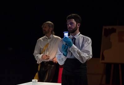En la imagen Santi Senso y Fede Pouso, que debuta con buen pie como actor, encargado de realizar la prueba de ADN Foto Edu Martín