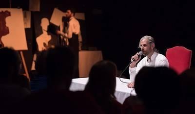 En la imagen Fede Pouso, pinta una silueta que habrán de rellenar los asistentes al Acto Íntimo, mientras el actor Santi Sendo habla dando la espaldas con su invitada. Foto Edu Martín