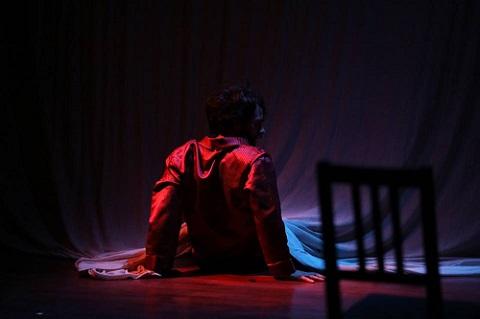 En la imagen Alberto Amarilla, entra y sale, por esa cortina al teatrillos de sombras. Re-Cordis, de Alberto Amarilla, Mabel Del Pozo y Sergio Rubio. Foto Elisa Sánchez
