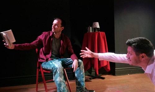 En la imagen los actores Iagoba Huarte y Rodrigo Villagrán, en un momento de Plena Confisión de Claudio Burgos.