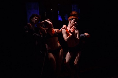 Un momento de la función Hay un agujero de gusano dentro de ti, de Malala producciones y diriguda por Tomás Canané.