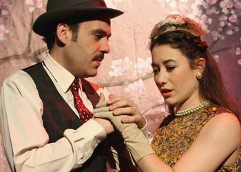 Antonio Romero y Nagore Germes, la pareja que estrenó la función «Off». En las funciones del 12 al 26 de julio de 2019, en el Teatro Lara, Maya Reyes toma el relevo de Nagore Germes, en el papel de Clara.