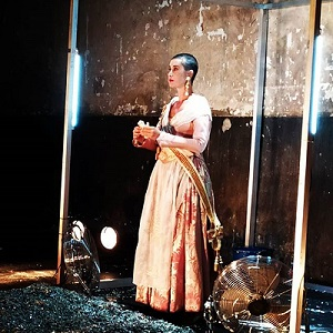 Teresa Rivera, la fallera rapada de fondo la descarnada pared del La Cuarta parez en un momento de 10% de Tristeza