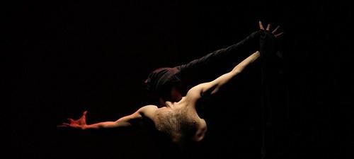 Los papeles, de Anthony Kmeid. Un buen trabajo de teatro físico, audiovisual y palabra