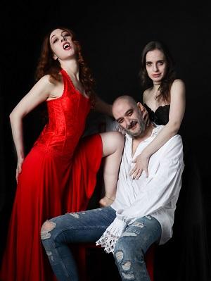 Ángela Peirat Jacobo Dicenta y Ana Azorín, tres actores de una pieza y tres hermosos vampiros para Drácula: Biografía no autorizada. Foto Ramón Paso