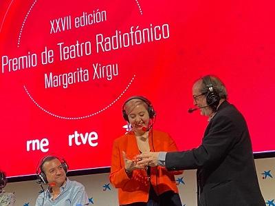 """En la imagen el momento en que es entregado El XXVII Premio de Guion Radiofónico Margarita Xirgu, a María Zaragoza Hidalgo, por su obra """"Un candidato para el fin del mundo"""", en un acto celebrado en CaixaForum de Madrid"""