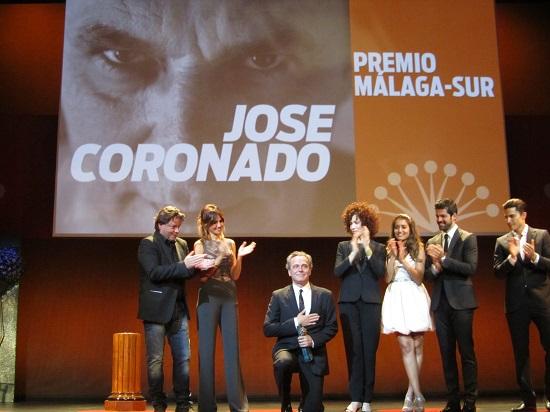 José Coronado arrodillado dando las gracias por el afecto del Festival de Málaga @Alejandro Contreras