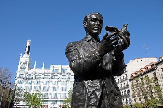Monumento a Federico García Lorca, en la plaza de Santa Ana.