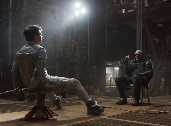 Jack (TOM CRUISE) es interrogado por Beech (MORGAN FREEMAN)