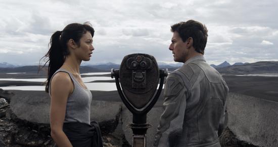Julia (OLGA KURYLENKO) dando pistas a Jack (TOM CRUISE) sobre su pasado en Oblivion