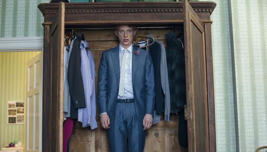 Domhnall Gleeson entrando en el armario para volver al pasado.