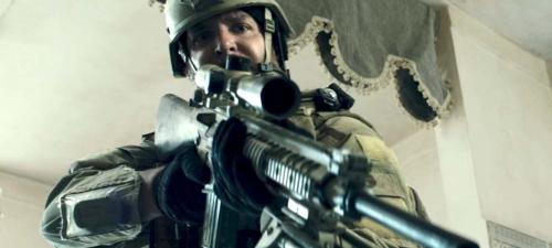 Bradley Cooper encarna en 'El francotirador' a un soldado concienciado con su labor de defensa del pueblo americano.