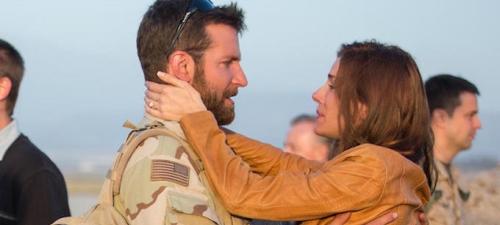 Los vaivenes en la relación entre un militar (Bradley Cooper) y su esposa (Sienna Miller) ocupan gran parte del metraje de 'El francotirador'.