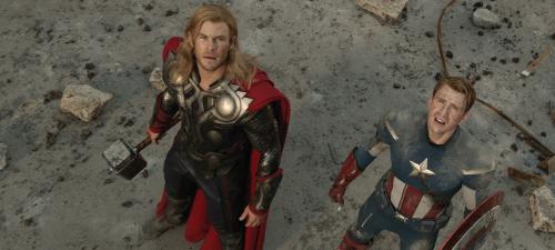 Chris Hemsworth vuelve a empuñar el martillo de Thor y Chris Evans se enfunda de nuevo el traje de Capitán America en Vengadores La era de Ultrón