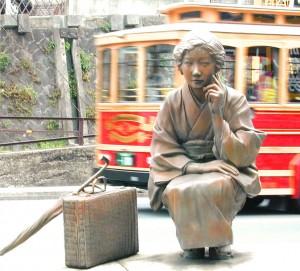Escultura que representa a Hayashi Fumiko, en la estación de Onomichi