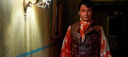 El director Taika Waititi encarna a una peculiar parodia del vampiro romántico en Lo que hacemos en las sombras