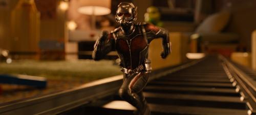 El protagonista de Ant-Man tiene la capacidad de reducir su tamaño y comunicarse con las hormigas