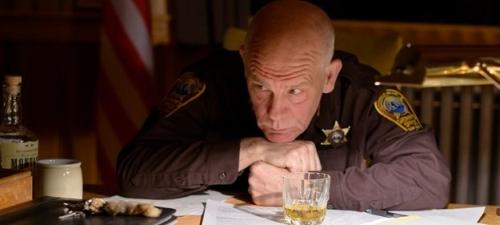 John Malkovich encarna a un policia que investiga un extraño suceso en la localidad de Cut Bank