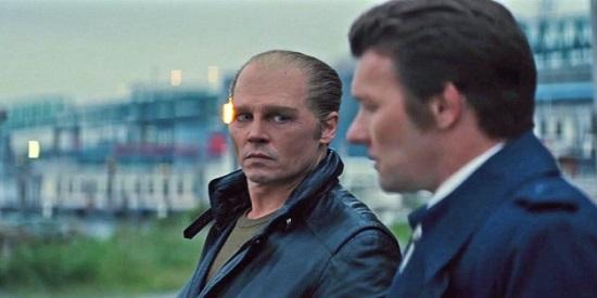 Johnny Depp interpreta al mafioso irlandés James Whitey Bulger , y Joel Edgerton a su amigo el agente del FBI John Connelly .