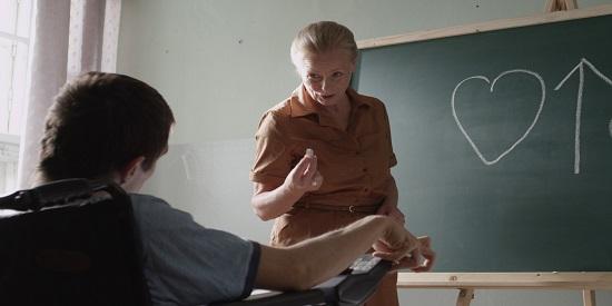 El proceso educativo del parapléjico protagonista es fundamental para su reeducación.