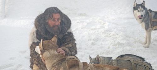 Gabriel Byrne encarna a un hombre fascinado por la cultura esquimal en Nadie quiere la noche