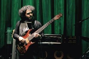 José Armando Gola al bajo eléctrico