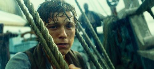 Tom Holland encarna a un grumete que se embarca por primera vez en En el corazón del mar.