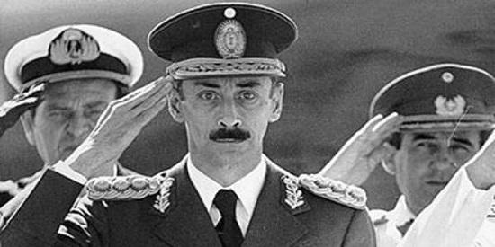 La dictadura militar argentina está en el trasfondo de la novela y de la vida del escritor Raúl Argemí.