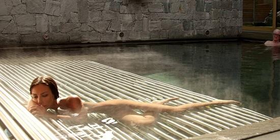 """Cuerpos de ancianos contrapuestos a cuerpos jóvenes en """"La juventud"""" de Paolo Sorrentino."""