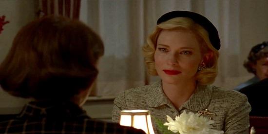 La sofisticada Carol en pleno proceso de seducción de Therese en esta historia de amor lésbico.