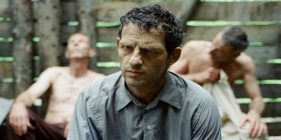 El espectador asiste al horror a través de la mirada muerta del actor húngaro Ghéza Röhrig que interpreta desde dentro.